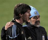 <p>Técnico da Argentina, Diego Maradona, ao lado de Lionel Messi, durante treino da seleção em Pretória. Para Maradona, Messi poderá ser o melhor de todos os tempos. REUTERS/Enrique Marcarian</p>