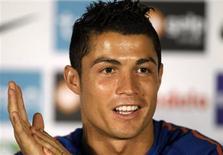 """<p>Cristiano Ronaldo ne s'inquiète pas de son manque d'efficacité avec le Portugal et s'attend à ce que les buts finissent par gicler comme du ketchup. """"Les buts, comme l'a dit un jour une légende du football, sont comme le ketchup (...) Parfois, vous avez beau essayer, cela ne vient pas et puis lorsque les buts arrivent, ils arrivent tous en même temps"""", a-t-il déclaré, sans préciser quel était l'auteur de cette comparaison. /Photo prise le 13 juin 2010/REUTERS/Jose Manuel Ribeiro</p>"""