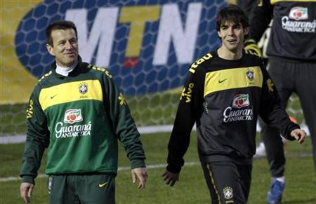 Brazil's Kaka (R) and head coach Dunga attend a training session in Johannesburg June 11, 2010. REUTERS/Paulo Whitaker