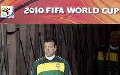<p>Главный тренер сборной Бразилии по футболу Дунга на тренировке команды на стадионе в Йоханнесбурге, 14 июня 2010 года. Ниже представлено расписание игр чемпионата мира по футболу 2010 года на вторник, 15 июня. В скобках указано московское время. REUTERS/Paulo Whitaker</p>