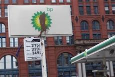 <p>Испачканный логотип компании ВР на заправочной станции в Нью-Йорке, 1 июня 2010 года. Американские политики обвиняют нефтяную компанию ВР в стремлении снизить расходы на бурение за счет безопасности накануне встречи главы американского подразделения компании с конгрессменами. REUTERS/Shannon Stapleton</p>