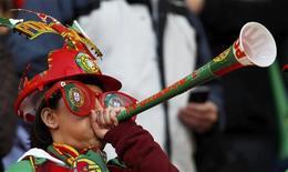 <p>Torcedor de Portugal usa sua vuvuzela antes de jogo pelo grupo G da Copa: BBC estuda calar as cornetas na transmissão. REUTERS/Jose Manuel Ribeiro</p>