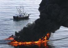 <p>Una nube de humo emerge desde un incendio de crudo controlado costa afuera de Lousinana, EEUU, jun 13 2010. El presidente de Estados Unidos, Barack Obama, dará un mensaje al país en la noche del martes, donde intentará recuperar la confianza de la opinión pública sobre su manejo del derrame de petróleo en el Golfo de México. REUTERS/Sean Gardner</p>