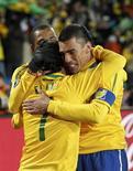 <p>Elano comemora seu gol com Lúcio e Gilberto Silva na vitória por 2 x 1 sobre a Coreia do Norte, na Copa da África do Sul: vitória brasileira teve pouca inspiração. REUTERS/Siphiwe Sibeko</p>