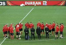 <p>Игроки сборной Швейцарии слушают тренера во время тренировки на стадионе в Дурбане, 15 июня 2010 года. Ниже представлено расписание игр чемпионата мира по футболу 2010 года на среду, 16 июня. В скобках указано московское время. REUTERS/Rogan Ward</p>