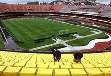 <p>Funcionários trabalham para restaurar estádio do Morumbi para a Copa do Mundo de 2014, mas o estádio foi cortado nesta quarta-feira do Mundial por não ter apresentado as garantias financeiras para realizar o projeto de reforma aprovado pela Fifa. Reuters/Foto Arquivo</p>