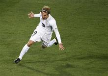 <p>Diego Fórlan comemora gol do Uruguai contra a África do Sul, que terminou em 3 x 0 para os sul-americanos em Pretória. REUTERS/Brian Snyder</p>