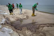 <p>Un grupo de contratistas limpia la contaminación provocada por el derrame Deepwater Horizon en Gulf Shores, EEUU, jun 16 2010. Bajo presión del presidente estadounidense, Barack Obama, BP aceptó el miércoles depositar 20.000 millones de dólares en un fondo especial para pagar indemnizaciones por el enorme derrame de crudo en el Golfo de México, y suspendió el pago de dividendos. REUTERS/Lee Celano</p>