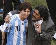 <p>Técnico da seleção argentina Diego Maradona (dir) abraça Lionel Messi depois do jogo contra a Coreia do Sul pelo Grupo B da Copa do Mundo. Maradona pediu desculpas a Michel Platini após uma suposta declaração do dirigente francês, mas deixou claro que não fará o mesmo com Pelé. 17/06/2010 REUTERS/Amr Abdallah Dalsh</p>