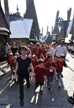 """<p>El actor Daniel Radcliffe y sus admiradores durante la apertura de """"The Wizarding World of Harry Potter"""", en el centro turístico Universal Orlando en Orlando, EEUU, jun 18 2010. Grupos de niños entusiasmados, vestidos con los uniformes de Hogwarts y con el actor Daniel Radcliffe a la cabeza, acudieron el el viernes a la apertura del parque temático del mundo mágico de Harry Potter en Orlando tras largas filas de espera y un gran atasco. REUTERS /Kevin Kolczynski/Universal Orlando/Handout</p>"""
