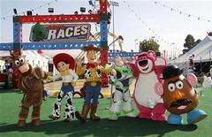 """<p>Герои мультфильма """"История игрушек: Большой побег"""" перед входом в парк аттракционов, Голливуд 13 июня 2010 года. С возращением, ковбой Вуди и космический рейнджер Базз Лайтер! Третья часть """"Истории Игрушек"""" в 3D получила самые лестные отзывы критиков и стала лидером мирового проката за первый уикенд, собрав $153,8 миллиона, сообщила компания Walt Disney Co. REUTERS/Danny Moloshok</p>"""