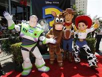 """<p>Personagens de """"Toy Story 3"""" da Disney Pixar durante lançamento do filme em Hollywood. A produção arrecadou 153,8 milhões de dólares nas bilheterias mundiais, segundo estimativas daa distribuidora Walt Disney. 13/06/2010 REUTERS/Danny Moloshok</p>"""