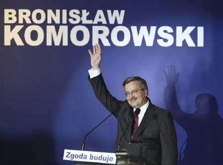 Bronislaw Komorowski, speaker of the Parliament and presidential candidate from Civic Platform (PO) waves to supporters at his Party election headquarters in Warsaw June 20, 2010. REUTERS/Kacper Pempel