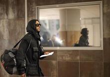 <p>Нападающий сборной Франции Николя Анелька входит в терминал аэропорта в Кейптауне 20 июня 2010 года. В субботу из сборной Франции был исключен нападающий Николя Анелька из-за жесткой ссоры с тренером команды Раймоном Доменеком. REUTERS/Carlos Barria</p>