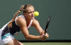 <p>Российская теннисистка Анна Чакветадзе отбивает подачу японской спортсменки Кимико Датэ-Крумм на матче турнира Sony Ericsson Open, Флорида 24 марта 2010 года. REUTERS/Andrew Innerarity</p>