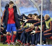 <p>Torres vai para o banco. Fernando Torres é o mais novo jogador a reclamar da bola da Copa do Mundo, a Jabulani, após o atacante da Espanha desperdiçar várias oportunidades de gol na vitória da seleção nesta segunda por 2 x 0 contra Honduras.21/06/2010.REUTERS/Marcelo Del Pozo</p>