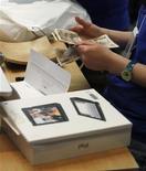 <p>Foto de archivo de un empleado de una tienda durante la venta de un iPad de Apple en Tokio, mayo 28 2010. Apple Inc dijo el martes que vendió 3 millones de iPad desde que la computadora de pantalla táctil llegó a los escaparates hace menos de tres meses, y destacó que el ritmo de las ventas sugiere que la demanda por el dispositivo se mantiene. REUTERS/Kim Kyung-Hoon</p>
