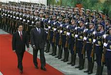 <p>China's President Hu Jintao (L) and Angola's President Jose Eduardo dos Santos review an honour guard during a welcome ceremony at the Great Hall of the People in Beijing December 17, 2008. REUTERS/Grace Liang</p>