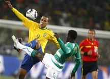 <p>Luís Fabiano (esq) e o marfinense Kolo Toure durante jogo do Grupo G da Copa do Mundo. O atacante brasileiro é o jogador mais faltoso do time, com sete infrações. 20/06/2010 REUTERS/Kai Pfaffenbach</p>