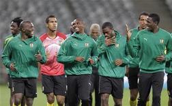 <p>Игроки сборной Камеруна по футболу во время тренировки в Кейптауне 23 июня 2010 года. Сборная Камеруна встретится со сборной Нидерландов в заключительном матче группы E чемпионата мира по футболу в четверг. REUTERS/Michael Kooren</p>