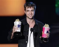 """<p>Des mordus de généalogie ont découvert que l'acteur britannique Robert Pattinson, qui incarne un vampire dans la série de films à succès """"Twilight"""", est un lointain cousin du comte Dracula. /Photo prise le 6 juin 2010/ REUTERS/Mario Anzuoni</p>"""