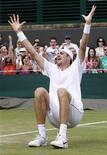 <p>Norte-americano John Isner comemora vitória sobre o francês Nicolas Mahut depois de disputar a mais longa partida de tênis da história. Isner venceu por 70-68 no quinto set da épica batalha em Wimbledon. 24/06/2010 REUTERS/Suzanne Plunkett</p>