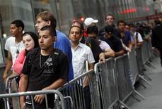 <p>Personas hacen una larga fila para comprar el nuevo iPhone 4 en la tienda Apple de 5th Avenue, Nueva York. Jun 24 2010. REUTERS/Eric Thayer</p>