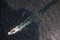 <p>Una embarcación navega sobre petróleo en las contaminadas aguas del Golfo de México. Jun 22 2010. REUTERS/Daniel Beltra/Greenpeace/Handout</p>