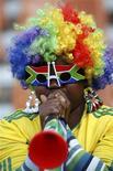 <p>Un seguidor del fútbol hace sonar su vuvuzela durante el duelo entre Paraguay y Nueva Zelanda por el grupo F de la Copa del Mundo en Polokwane, Sudáfrica, jun 24 2010. ¿Quieres escuchar cómo suena tu estrella de música pop favorita o un político acompañado por el más memorable sonido del Mundial de fútbol en Sudáfrica, el de la ruidosa trompeta vuvuzela? REUTERS/Eddie Keogh</p>