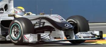 <p>Piloto da Mercedes na Fórmula 1 Nico Rosberg realiza curva em sessão de treino GP da Europa, em Valência. O alemão impediu na sexta-feira que os britânicos Lewis Hamilton e Jenson Button fizessem uma nova dobradinha. 25/06/2010 REUTERS/Juan Medina</p>