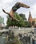 <p>Мальчик прыгает в фонтан около Кремля в Москве 24 августа 2007 года. На предстоящих выходных в Москве сохранится 30-градусная жара. REUTERS/Sergei Karpukhin</p>