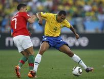 <p>Gilberto Silva e Cristiano Ronaldo brigam por bola durante empate em 0 x 0 pela Copa do Mundo: seleção já se preocupa com provável jogo defensivo do Chile, nas oitavas. REUTERS/Kai Pfaffenbach</p>