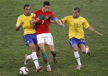 <p>Brasil e Portugal se enfrentaram na 6a em Durban: ambas as equipes se classificaram às oitavas-de-final. REUTERS/Paul Hanna</p>
