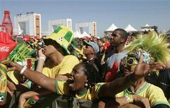 <p>Бразильские болельщики следят за матчем против команды из Португалии, 25 июня 2010 года. Бразилия сыграет против Чили в 1/8 финала чемпионата мира по футболу в понедельник. REUTERS/Bruno Domingos</p>