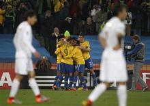 <p>Luís Fabiano comemora gol em vitória do Brasil por 3 x 0 sobre o Chile na Copa: próximo adversário é a Holanda. REUTERS/Siphiwe Sibeko</p>