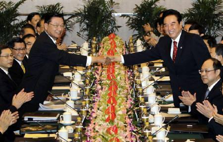 Chen Yunlin (R), Chairman of China's Association for Relations Across the Taiwan Straits (ARATS), shakes hands with Taiwan's Straits Exchange Foundation (SEF) Chairman P.K. Chiang during a cross strait meeting for the economic cooperation framework agreement (ECFA), in Chongqing June 29, 2010. REUTERS/Jason Lee