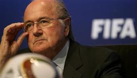 <p>Президент ФИФА Зепп Блаттер во время пресс-конференции в Цюрихе 23 апреля 2010 года. Президент ФИФА Зепп Блаттер во вторник предупредил французское правительство, чтобы то не вмешивалось в деятельность футбольной ассоциации своей страны, а иначе она будет исключена из ФИФА. REUTERS/Arnd Wiegmann</p>