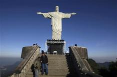 <p>Depois de 4 meses coberto por andaimes e até pichações, o monumento do Cristo Redentor foi reaberto nesta quarta-feira pela arquidiocese do Rio de Janeiro. 30/06/2010 REUTERS/Bruno Domingos</p>