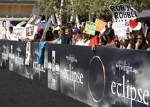"""<p>Поклонники фильма """"Сумерки. Сага. Затмение"""" ждут актеров картины на премьере в Лос-Анджелесе, 24 июня 2010 года. Третья часть саги о вампирах """"Сумерки. Сага. Затмение"""" в первый вечер проката собрала $30 миллионов, побив рекорд для премьерных лент в Северной Америке. REUTERS/Mario Anzuoni</p>"""