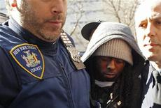 <p>Rapper Lil Wayne, 27 anos, chega à Suprema Corte de Nova York no dia 8 de março. Lil Wayne, que já está cumprindo um ano de prisão por um crime relacionado a armas, foi sentenciado nesta quarta-feira no Estado do Arizona a três anos de liberdade provisória por posse de drogas. 08/03/2010 REUTERS/Mike Segar</p>