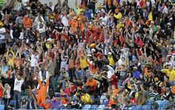 <p>Torcedores em jogo entre Holanda e Eslováquia, em Durban: Frequência do público nesta Copa pode ser melhor desde 1994. 28/06/2010 REUTERS/Michael Kooren</p>