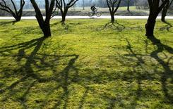 <p>Мужчина едет на велосипеде по парку Коломенское в Москве, 23 марта 2007 года. Жителей Москвы вновь ждут жаркие летние выходные, в субботу возможны дожди, в воскресенье - облачность. REUTERS/Oksana Yushko</p>