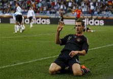 <p>Miroslav Klose, da Alemanha, comemora gol em vitória por 4 x 0 sobre a Argentina. Seleção enfrentará a Espanha na semifinal da Copa. REUTERS/Kai Pfaffenbach</p>