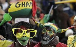 <p>Болельщики сборной Ганы ждут начала матча против команды Уругвая, 2 июля 2010 года. Сборная Ганы по футболу триумфально вернулась домой с чемпионата мира в ЮАР поздно вечером в понедельник - самолет неожиданно дошедших до четвертьфинала турнира футболистов поливали из водяных пушек, а для игроков была расстелена красная ковровая дорожка. REUTERS/Siphiwe Sibeko</p>