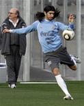 <p>Игрок сборной Уругвая Себастьян Абреу во время тренировки в Кейптауне 5 июля 2010 года. REUTERS/Paulo Whitaker</p>