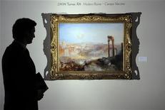 """<p>Работник аукционного дома Sotheby's стоит перед картиной Тёрнера """"Современный Рим - Кампо Ваччино"""" (Modern Rome - Campo Vaccino), 2 июля 2010 года. Картина британского художника Уильяма Тёрнера ушла с молотка аукциона Sotheby's в среду за рекордную для полотен этого живописца сумму, затмив при этом все предпродажные ожидания. REUTERS/Paul Hackett</p>"""