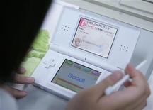 <p>Студентка пользуется англо-японским электронным словарем Nintendo DS на медиа-ярмарке в Токио 26 япония 2008 года. В попытке сменить сокращающийся национальный потребительский рынок на привлекательные заграничные некоторые крупные японские ритейлеры советуют служащим начинать изучать английский или искать другую работу. REUTERS/Michael Caronna</p>