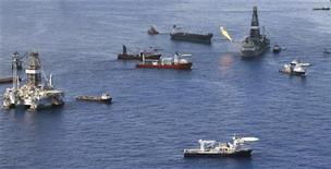 <p>Корабли вокруг поврежденной буровой платформы Deepwater Horizon, принадлежащей компании BP, Мексиканский залив 4 июля 2010 года. Апелляционный суд отказал администрации США в возобновлении полугодового моратория на глубоководное бурение, наложенного после взрыва буровой установки в Мексиканском заливе. REUTERS/Lyle W. Ratliff</p>