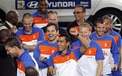 <p>Футболисты сборной Нидерландов идут в гостиницу в Йоханнесбурге,7 июля 2010 года. В воскресенье, 11 июля, голландцы сыграют в финале против команды Испании. REUTERS/Thomas Mukoya</p>