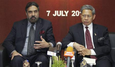 Trade Minister Anand Sharma (L) speaks while Malaysia's International Trade and Industry Minister Mustapa Mohamed listens during a news conference in Kuala Lumpur July 7, 2010. REUTERS/Bazuki Muhammad